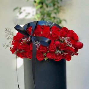 50 Rosas Rojas en Base Negra