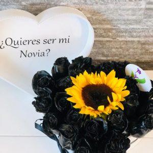 Corazon Blanco con Rosas negras y Girasol