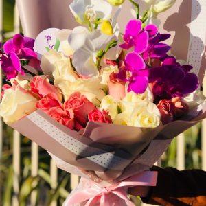 Ramo con Orquideas y 48 Rosas