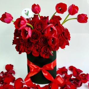 Cilindro con Rosas y Tulipanes