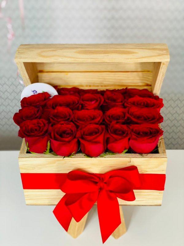 Cofre con rosas rojas