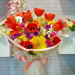 Ramo de tulpanes con flores mixtas
